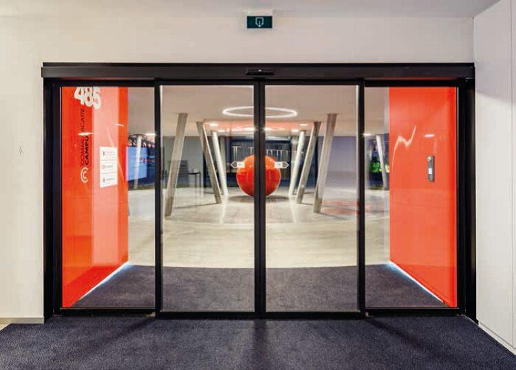 Claerhout Communicatiehuis te Gent : Glazen binnenwanden in Planibel Clearlite & wandbekleding met Lacobel T, Gent - Aiko Architecten (Maldegem)